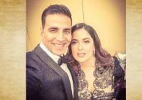 Akshay poses with Salma Hayek, calls it 'selfie of lifetime'