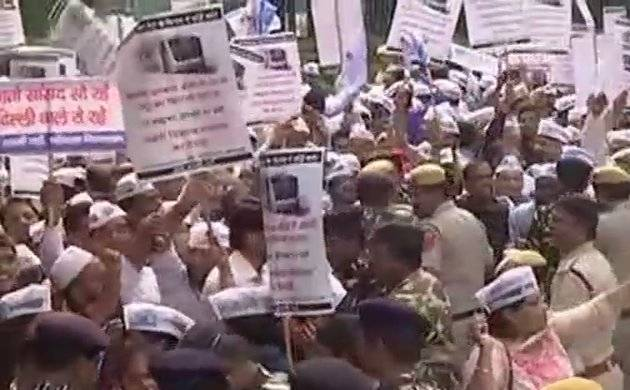New Delhi: AAP workers protest at Nirman Bhavan over Metro fare hike