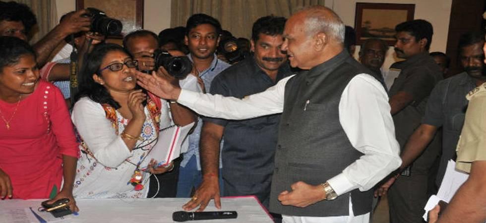 Tamil Nadu Governor Banwarilal Purohit apologises for patting journalist's cheek (Photo: Twitter/@lakhinathan)