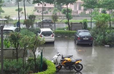 Light drizzle in Noida brings some respite from scorching heat