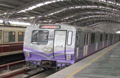 Kolkata: Passengers refuse to vacate coaches as man lies bleeding on tracks