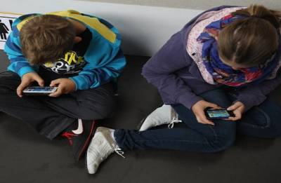 France closes in on phone ban in schools from September