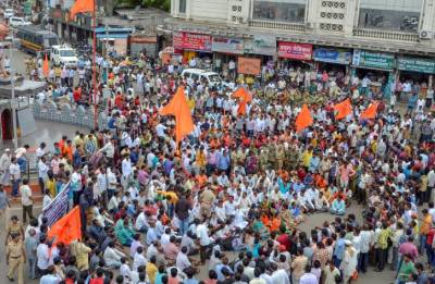 Maratha Kranti Morcha workers tonsure heads over quota demands in Aurangabad
