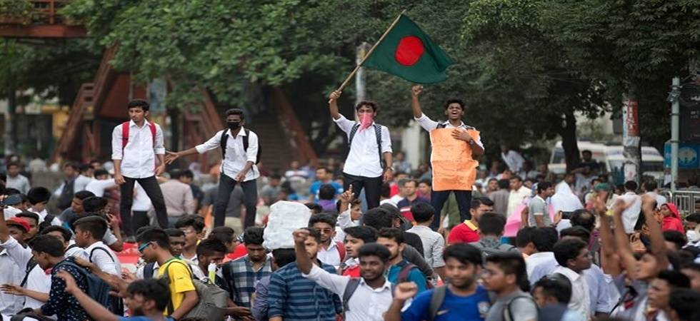 Bangladesh teens block roads for seventh day over road safety (Photo: Twitter)