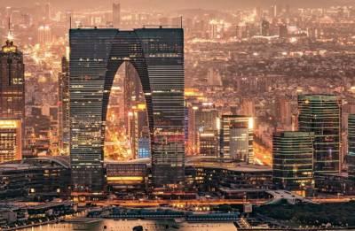 Shanghai heat turns shopping street into giant slumber party