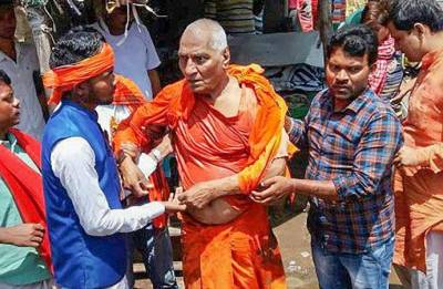 Agnivesh attacked on way to BJP office to pay homage to Vajpayee