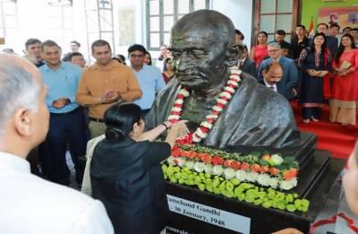Sushma Swaraj unveils Mahatma Gandhi's bust at Indian embassy in Vietnam