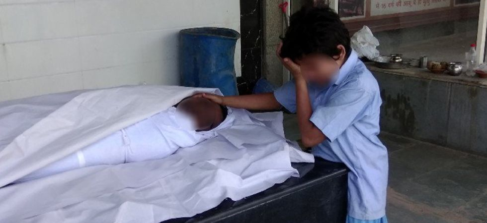 Heartbreaking photo of boy sobbing next to father's body raises Rs 30 lakh in a day  (Photo: Twitter/@shivsunny)
