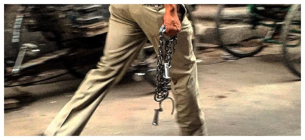 Mumbai man lands up in police custody for catching a policeman (Photo: Twitter)