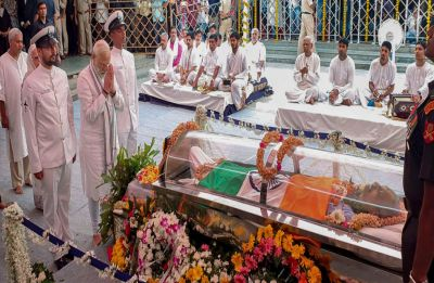 PM Modi pays homage to Manohar Parrikar in Goa, state funeral at 5 pm