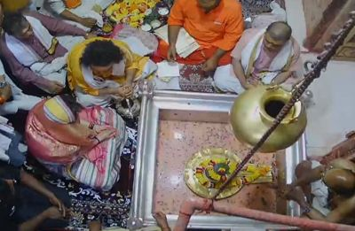 Priyanka Gandhi concludes her three-day long 'Ganga Yatra' by offering prayers at Vishwanath temple