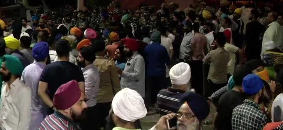 Hundreds of people, mostly Sikhs, gathered outside Mukherjee Nagar police station. (ANI Photo)