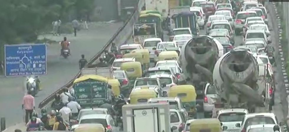 Heavy traffic at Ghazipur flyover near Delhi-UP border (ANI)