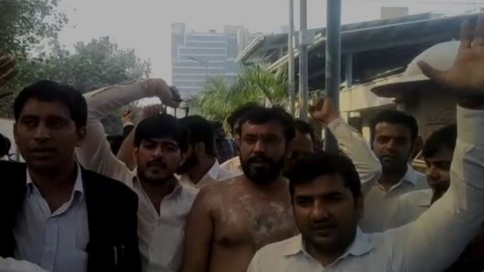 Despite the burning sensation, the lawyer took part in protest against cops and was seen chanting 'vakeel ekta zindabad'.