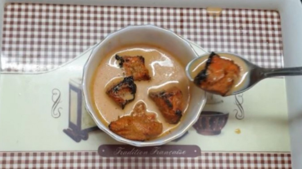 Woman Eats Chicken Tikka Dipped In Chai.