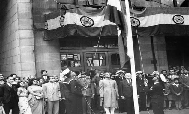 Image result for Jawaharlal Nehru hoisting the national flag-image