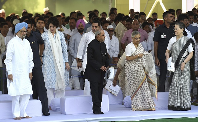 Rajiv Gandhi birth anniversary Sonia Rahul Priyanka pay tribute to the youngest Prime Minister of India