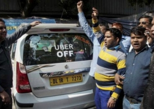 Mumbai taxi drivers strike: MNS leader Nitin Nandgaonkar breaks windshield of a taxi