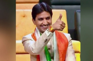 Holi 2019: Kumar Vishwas wins hearts with his witty Shayaris