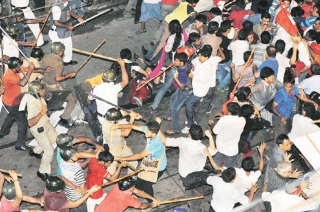 Lathicharge on protesters demanding revenge for Pulwama in Nalasopara