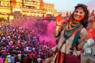 What makes Vrindavan's traditional 'Hora' different from Holi festival