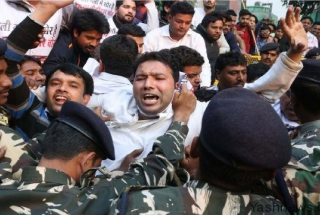 Encephalitis fever in Bihar: Youth Congress workers stage protest